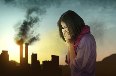 イタリアでの新しい研究によると、一酸化炭素、二酸化硫黄、ベンゼンなど汚染物質への短期間の曝露は、病院外での心停止のリスクを高める可能性があります( h9images / PIXTA)