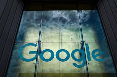 米国ニューヨーク市の85 10th AveにあるGoogleのオフィス「Google Building 8510」の外壁には、Googleのロゴが飾られている=2019年6月3日(Drew Angerer/Getty Images)