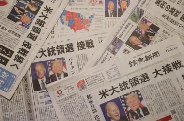 2020年米大統領選の状況を伝える日本の主要紙。参考写真(Photo by Takashi Aoyama/Getty Images)