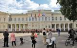 リトアニアの首都ビリニュスの広場でコンサートが開かれている。参考写真(Photo by PETRAS MALUKAS/AFP via Getty Images)