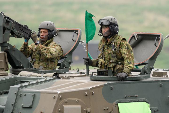自衛隊は近年まれに見る大規模演習を本日より開始した。写真は今年5月、富士総火演に参加する自衛隊員(Photo by Akio Kon - Pool/Getty Images)