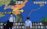 東京・秋葉原にある大型スクリーンは、北朝鮮が9月15日に日本海に向けてミサイルを発射したことを説明する地図を表示する(Photo by KAZUHIRO NOGI/AFP via Getty Images)