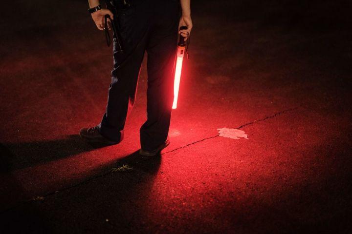 夜中に警備に当たる警察官。イメージ写真 (Photo by YASUYOSHI CHIBA/AFP via Getty Images)