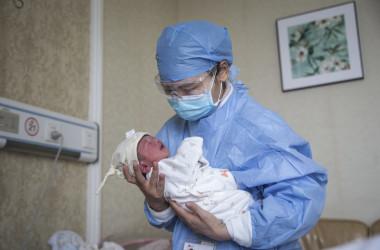 中国湖北省武漢市の私立産科病院で赤ちゃんを抱く看護師=2020年2月21日  イメージ写真(Getty Images)