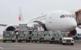 千葉県の成田空港で6月、日本から台湾へ提供する新型コロナウイルスワクチンが航空機に運び込まれている (Photo by STR / JIJI PRESS / AFP via Getty Images)