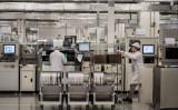 中国技術機器大手・華為技術(ファーウェイ)の研究開発拠点で作業する研究員。参考写真(Photo by Kevin Frayer/Getty Images)