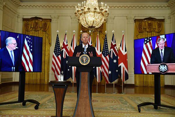 2021年9月15日、米国のバイデン大統領はホワイトハウスで、英国のジョンソン首相(右)と豪州のモリソン首相(左)と記者会見を行った(BRENDAN SMIALOWSKI/AFP via Getty Images)