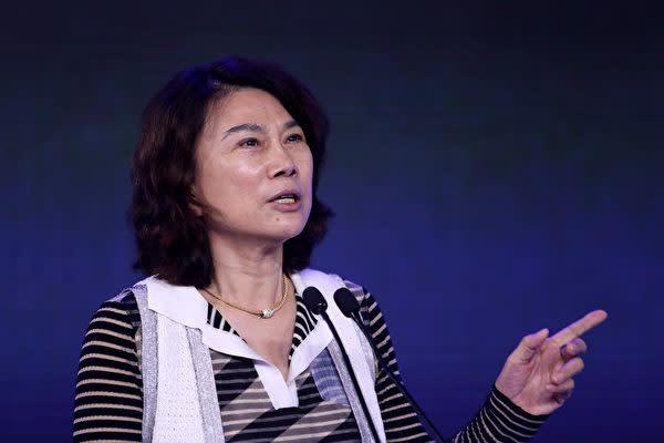 2018年7月6日、北京市で開催された「2018APEC中国CEOフォーラム」で発言する格力電器の董明珠会長(Quan Yajun/VCG/Getty Images)