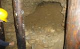 ピラミッドのトンネルか?壁は石を積んでいる(パブリックドメイン)