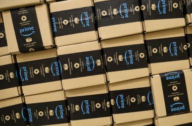 アマゾンは最近、中国出店者を大量に閉鎖させている(Photo by Leon Neal/Getty Images)