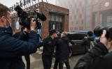2021年2月3日、武漢ウイルス研究所に到着したWHOの専門家チーム。地元の警察は、外国人ジャーナリストの立ち入りを阻止しようとした(HECTOR RETAMAL/AFP via Getty Images)