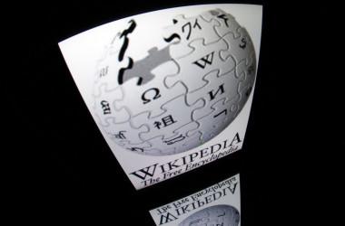 2012年12月4日、フランス・パリのタブレット端末の画面に表示された「Wikipedia」のロゴ(Lionel Bonaventure/AFP via Getty Images)