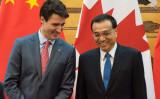 カナダのジャスティン・トルドー首相と中国の李克強首相。2017年12月4日撮影。 (Photo credit should read FRED DUFOUR/AFP via Getty Images)