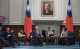 2018年、訪台のリシャール氏らと歓談する蔡英文総統(台湾総統官邸提供)