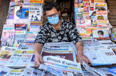 2020年3月20日、インドの都市アムリトサルで、新聞を陳列する店員 (Narinder Nanu/AFP via Getty Images)