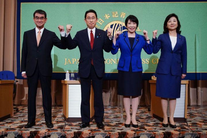 自民党総裁選の候補者が考える理想の人事とは。写真は記者会見に臨む4人の総裁候補者 (Photo by EUGENE HOSHIKO/POOL/AFP via Getty Images)