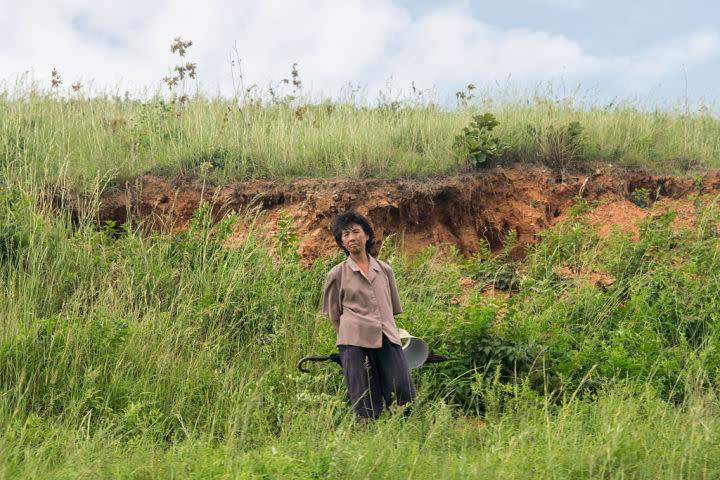 2015年8月、北朝鮮の中朝国境付近を走る列車を見る女性、参考写真(Xiaolu Chu/Getty Images)