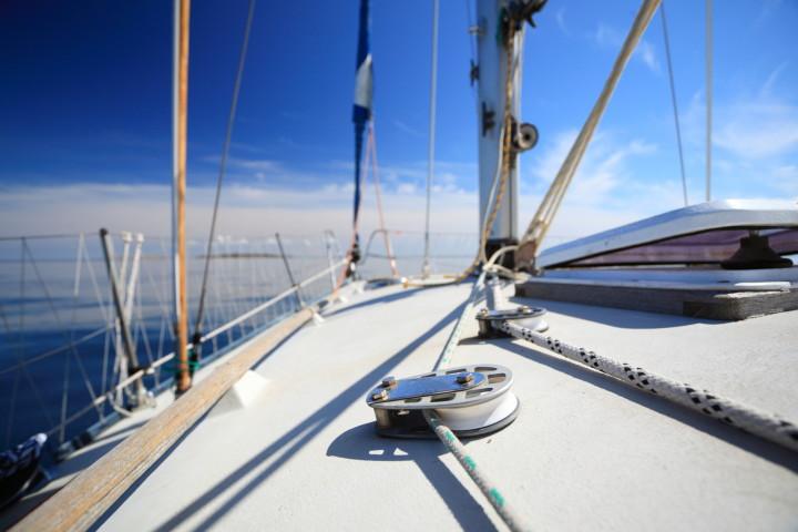 14歳のケイティ・マッケイブさんは、両親のサポートを受けながら、約8週間かけて一人で英国を航海しました(voyagerix / PIXTA)