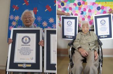 ギネス認定証を受け取った双子姉妹の炭山ウメノさん(左)と兒玉コウメさん(右)(guinnessworldrecords.com)