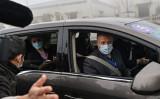 2021年2月3日、世界保健機関(WHO)の現地調査チームの一員として中国武漢に入ったピーター・ダザック氏(右)(Hector Retamal/AFP via Getty Images)