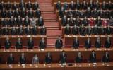 2021年3月11日、中国・北京の人民大会堂で開催された全人代の閉会式に出席する中国の習近平総書記(中央)と委員たち イメージ写真(Kevin Frayer/Getty Images)