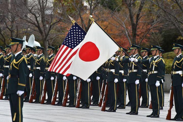 写真は自衛隊の儀仗隊。(Photo credit should read KAZUHIRO NOGI/AFP via Getty Images)