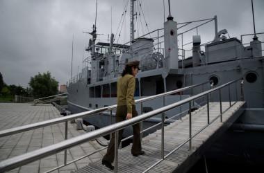 2017年、平壌にある戦争記録博物館の一部を紹介する北朝鮮軍女性兵士、参考写真(Photo by ED JONES/AFP via Getty Images)