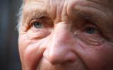 悪臭漂わせた老人ホームレスが店内へ、もしあなただったらどうしますか?( Roman Sahaidachnyi / PIXTA)