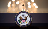 演台に記された米国務省のマーク、参考写真(Photo by Drew Angerer/Getty Images)