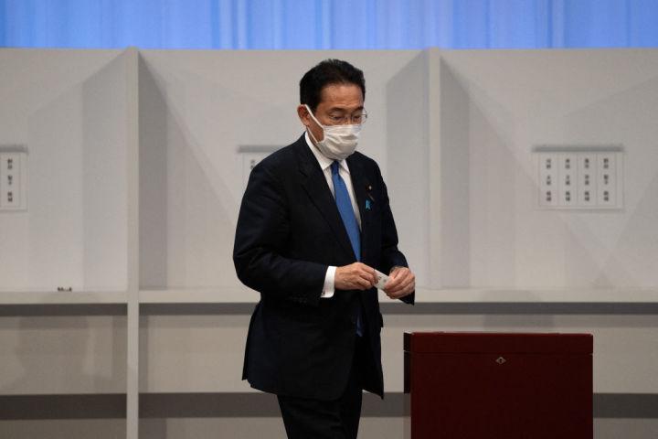 投票を行う岸田文雄候補 (Photo by CARL COURT/POOL/AFP via Getty Images)