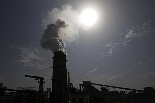 中国の火力発電所。2011年撮影(STR/AFP via Getty Images)