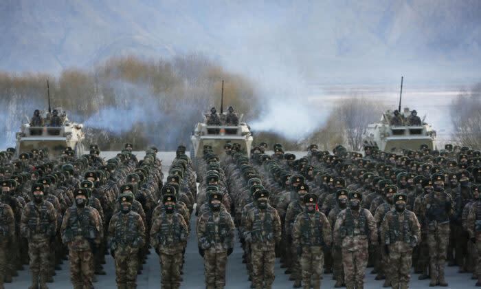 2021年1月4日、中国北西部の新疆ウイグル自治区カシュガルのパミール山脈で軍事訓練をする中国人民解放軍の兵士たち (STR/AFP via Getty Images)