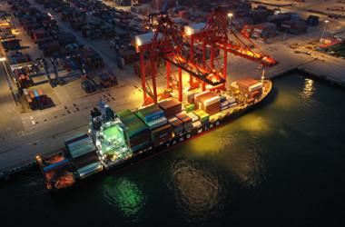 新型コロナによる人手不足などの理由で、海運物流が停滞し、貨物輸送コストが高騰している。 写真は2021年7月22日の江蘇省連雲港(STR/AFP via Getty Images)