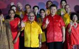 2018年11月17日のAPEC首脳会議で、集合写真を撮る中国の習近平国家主席(右)とパプアニューギニアのピーター・オニール首相(SAEED KHAN/AFP via Getty Images)