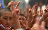 2009年8月8日、ネパールのカトマンズにある同国最大のチベット仏教の巨大仏塔(ストゥーパ)で、中国に抗議するデモ集会に参加する亡命チベット人たち。(PRAKASH MATHEMA/AFP via Getty Images)