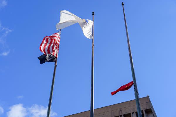 2021年9月30日、親中派系華僑はボストン市庁舎前で中国国旗の掲揚式を行っていた最中、装置が故障し、国旗がポールの真ん中に引っかかり、弔意を示す「半旗」となった(劉景燁/大紀元)