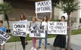 2021年7月27日、フロリダ州でマスク義務化に抗議する人たち (Octavio Jones/Getty Images)