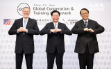 2020年6月、グローバル協力訓練枠組み(GCTF)5周年記念。米国在台湾協会(AIT)のウィリアム・ブレント・クリステンセン処長(左)、台湾外交部の吳釗燮(中)、日本台湾交流協会台北事務所の泉裕泰所長(右)(陳柏州/大紀元)