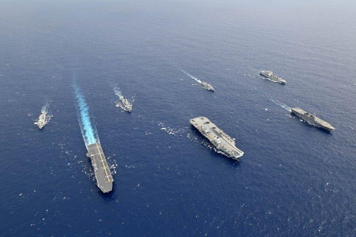 英空母クイーン・エリザベス打撃群と共同演習する海上自衛隊(防衛省のソーシャルメディアアカウントより)