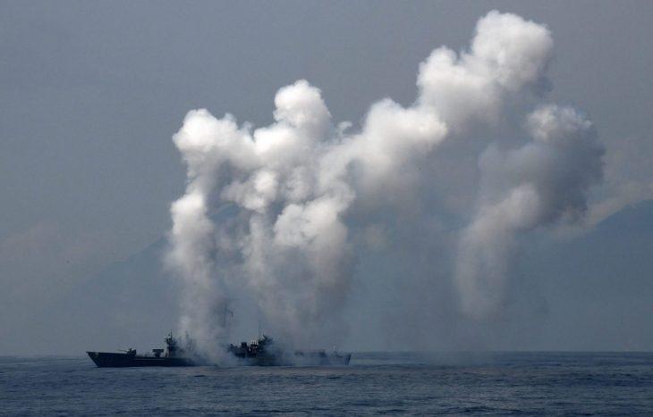 2018年4月13日、台湾・宜蘭県の蘇澳港付近で行われた台湾軍の演習で、フリゲート艦がチャフとフレアを発射している(Sam Yeh/AFP/Getty Images)
