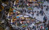 東京・原宿で街を行き交う人々。2015年撮影 (Photo by Chris McGrath/Getty Images)