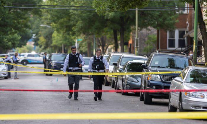 2021年7月21日、シカゴのウエストサイドで起きた銃撃事件の現場を調査する警察官たち(Anthony Vazquez/Chicago Sun-Times via AP)
