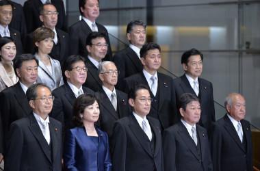 10月4日、岸田首相は首相官邸で閣僚とともに写真撮影を行った (Photo by DAVID MAREUIL/POOL/AFP via Getty Images)