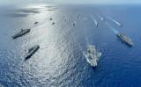 南シナ海で訓練する6カ国大艦隊。海自の「いせ」と英海軍「クイーン・エリザベス」が先頭だ(@HNLMS_Evertsen、エファーツェン艦公式ツイッターより)