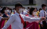 平壌の広場で祝賀行事のためダンスイベントに参加する学生ら青年たち (Photo by KIM WON JIN/AFP via Getty Images)