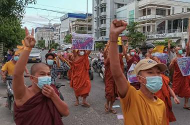 2021年9月、ミャンマーのヤンゴンで現軍事政権を非難する僧侶たち(AP通信社)