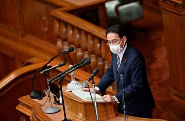 10月8日、国会で所信表明演説を行う岸田文雄首相 (Photo by CHARLY TRIBALLEAU/AFP via Getty Images)