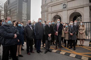 2021年3月22日、元カナダ外交官のマイケル・コブリグ氏に対する裁判が北京で開かれ、欧米26カ国の外交官が裁判所の門前に集まり、同氏を声援した(Kevin Frayer/Getty Images)