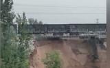 山西省で豪雨に見舞われ、宙吊りになった南同蒲鉄道のレールの上に、貨物列車が緊急停車した(スクリーンショット)
