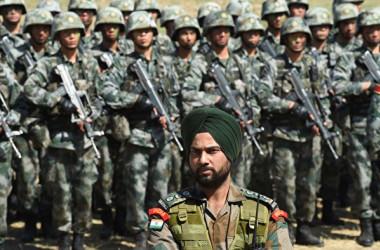 2016年、中国軍は中印国境付近で軍事演習を行った(INDRANIL MUKHERJEE/AFP/Getty Images)